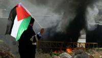 Filistinlilerin yerleşimci terörüne karşı çıkmak için kurduğu sembolik köy Yahudi işgalciler tarafından asker gözetiminde yakıldı…