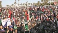 Libyalı Protestocular Gösterilerde Türkiye, Amerika, İngiltere ve Katar bayraklarını yaktı.