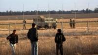 Filistinli Gençler Bir İsrail Kapısını Kırarak Bazı Teçhizatlara El Koydular
