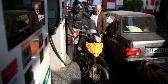 İran'da Benzin Zammından Elde Edilen Gelir Halka Dağıtılmaya Başlandı