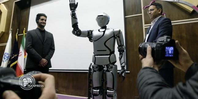 İran'ın insan biçimindeki robotu tanıtıldı