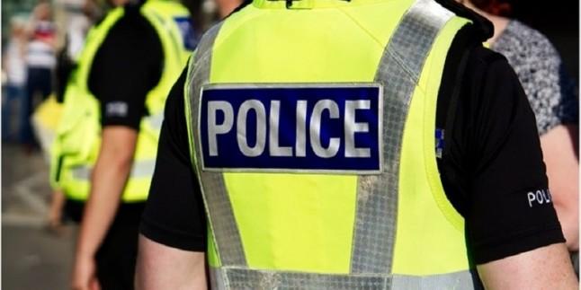 Londra'da gözaltına alınan siyah vatandaşın boynuna diziyle bastıran polis görevden uzaklaştırıldı