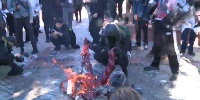 Antifa hareketi Denver ve Portland gibi bazı kentlerde ABD bayrağını yaktı