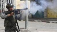 Filistinli bir genç işgal güçleri tarafından önce vuruldu ardından tutuklandı