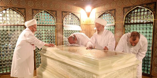 Ayetullah Mekarim Şirazi ve Cafer Subhani İmam Rıza'nın Mezarında