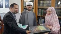 Avustralya'lı bayan Mutahhar Rezevi Türbe'de İslam ile müşerref oldu