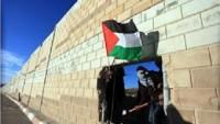 Filistinli Gençler Kalkiliya'da Irkçı Ayrım Duvarını Delmeyi Başardı