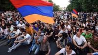 Ermenistan'da göstericiler cumhurbaşkanının teklifini reddederek eylemlere devam kararı aldı