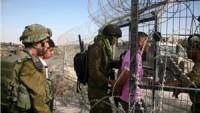 Siyonist askerler yaraladıkları genci hastane yerine sorguya götürdü