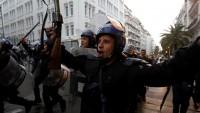 Cezayir'de Buteflika karşıti gösteride Cezayir polisinden 'ordu ve halk kardeştir' kutlaması