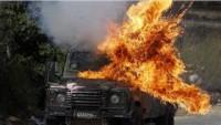 Filistinli Gençler İşgal Güçlerine Ait Askeri Aracı Ateşe Verdi