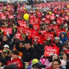 Güney Kore'de halk meydanlara döküldü