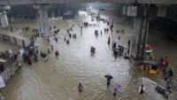 Hindistan ve Bangladeş'te etkili olan şiddetli yağış ve toprak kayması can aldı
