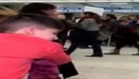 ABD vatandaşı olan İran kökenli 5 yaşındaki bir çocuk havalimanında 5 saat boyunca kelepçeli tutuldu