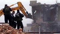 Siyonist İsrail güçleri, müebbet hapis cezası verdiği bir Filistinlinin El halil'deki evini yıktı
