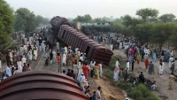 Pakistan'ın Karaçi şehrinde iki trenin çarpışması sonucu 15 kişi öldü