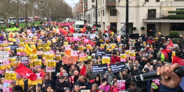 Londra halkı ırkçılığa ve ayrımcılığa karşı yürüdü