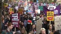 Londra'da eğitimin ticarileştirilmesi protesto edildi