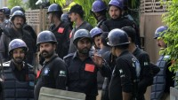 Pakistan'da rehin polisler için operasyon sürüyor