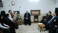 Foto: Hasan Ruhani, Şehid Ailesine Sürpriz Bir Ziyaret Düzenledi