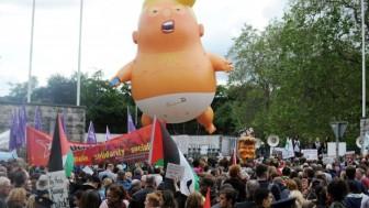 Trump, İrlanda'da Protesto Edildi.