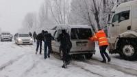 Etkili kar yağışı ulaşımda aksamalara neden oldu